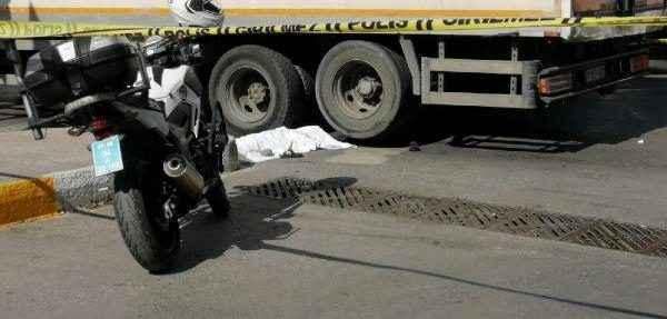 Trafik ışıklarında cam silen çocuğunun kafasının üzerinden kamyon tekerleği geçti
