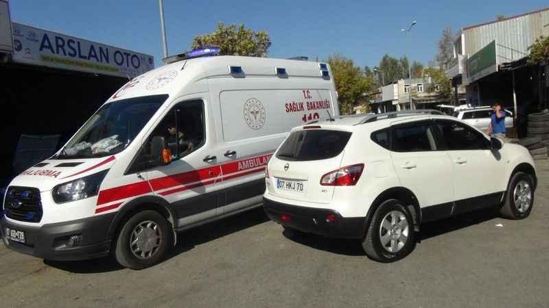 Manavgat'ta geri geri gelen otomobile motosiklet arkadan çarptı: 1 yaralı
