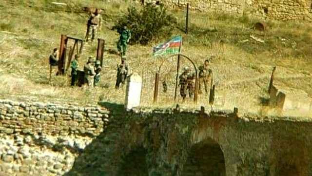 Aliyev duyurdu: Tarihi köprüye bayrak dikildi