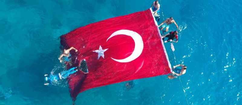 """Milli sporcu Birgül Erken'den tek nefeste 97 metrelik """"Cumhuriyet'e Saygı"""" dalışı"""