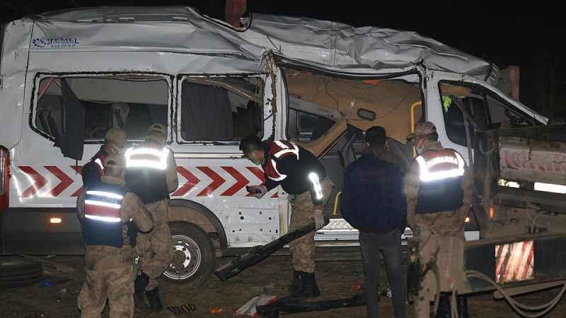 Hatay'da sağlık personelini taşıyan minibüs devrildi: 1 ölü, 7 yaralı