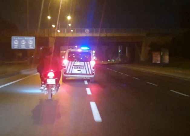 """Motosikletle kaçtı, yakalanınca """"Polis benim baş tacım"""" dedi"""