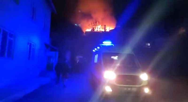4 katlı binanın çatısında yangın