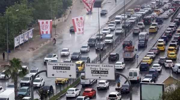 Antalya'da 5 dakika süren sağanak yağış trafiği felç etti