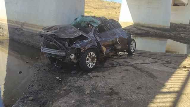 Otomobil üst geçitten dereye uçtu: 5 ölü