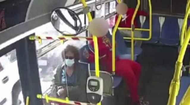 Otobüsteki genç, yaşlı kadının saçlarını çakmakla yaktı