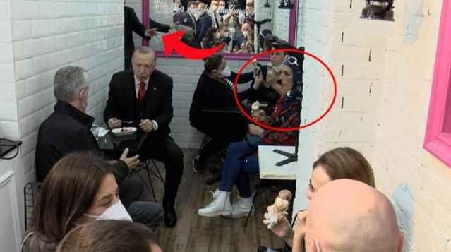 Cumhurbaşkanı Erdoğan'ın karşısında oturan kadın korumalar tarafından uyarıldı