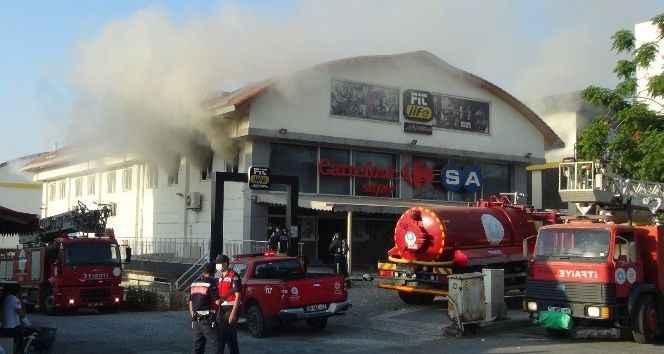 Antalya'da süper markette çıkan yangın paniği
