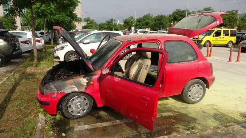 Antalya'da sağlık çalışanının hastane bahçesine park ettiği araç yandı