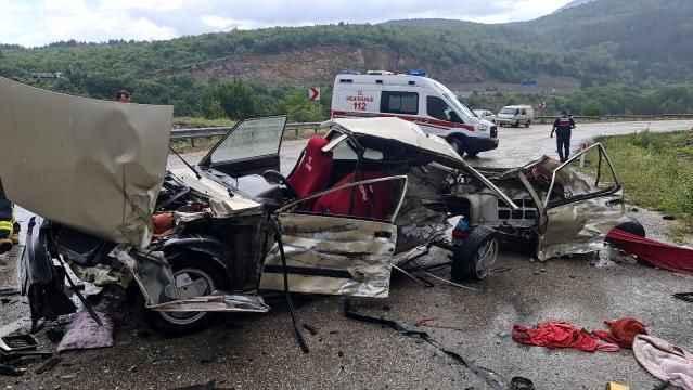 Piknik dönüşündeki feci kazada otomobil kağıt gibi parçalandı: 1 ölü, 2 yaralı