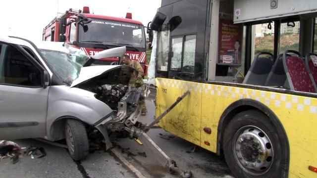 Feci kaza! Otobüsle araç kafa kafaya çarpıştı