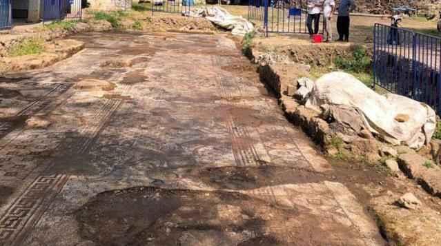Kaçak kazı sırasında bulunan mozaikler, 24 saat boyunca korunuyor