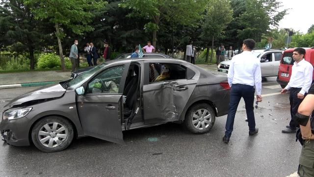 Ahmet Davutoğlu'nun konvoyunda kaza: Genel Başkan Yardımcısı ve bir çocuk yaralandı