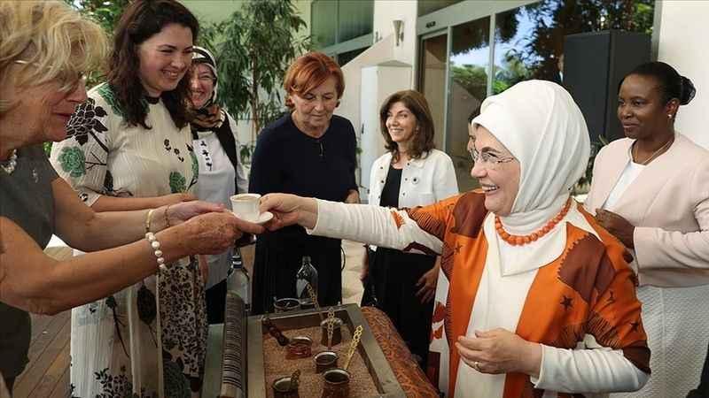 Antalya Diplomasi Forumu'na katılan Emine Erdoğan  diğer dünya liderlerinin  eşleriyle bir araya geldi.
