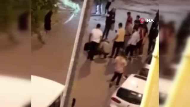 Önce darbedildi sonra araçtan sokağa atıldı! Mahalleli yaralı kadını yanlız bırakmadı