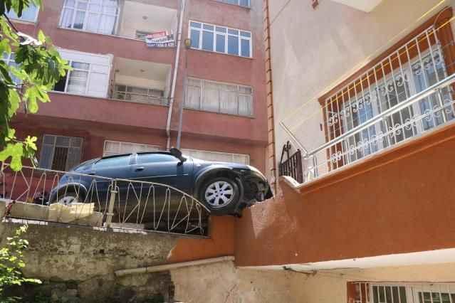 Gazla pedalı karıştırdı! Otomobil apartmana daldı
