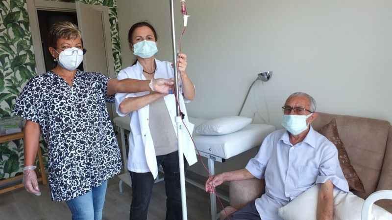 Doktor tedaviyi önce kendine sonra hastalara uygulamaya başladı
