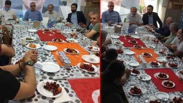 AK Parti'nin ilçe toplantısında Türk Bayrağı'nın üzerinde yemek yenildi! Tepkiler çığ gibi