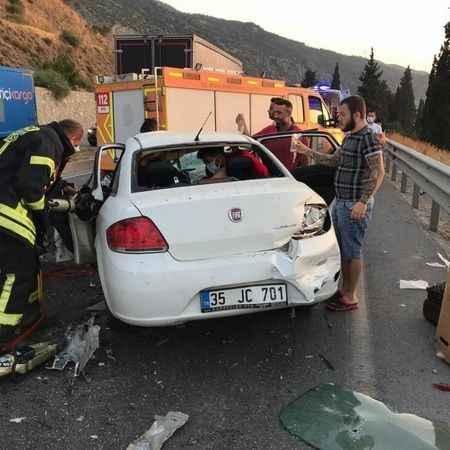 İçinde turistlerinde bulunduğu minübüs, otomobil ile çarpıştı!