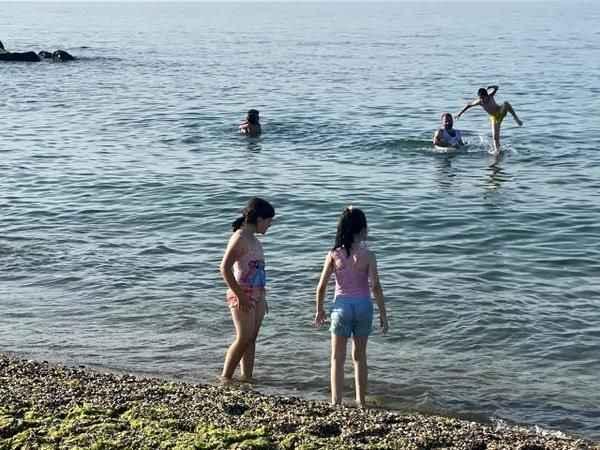 Serinlemek için girdiği denizde nerdeyse boğuluyordu