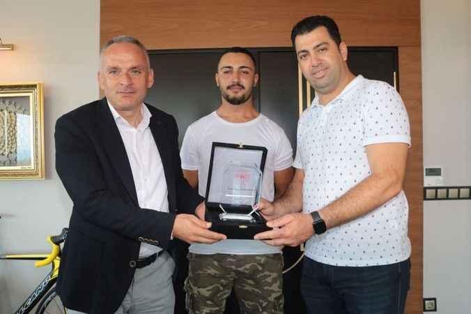 Alanya'da Özdemir ailesinden milli sporcuya jest
