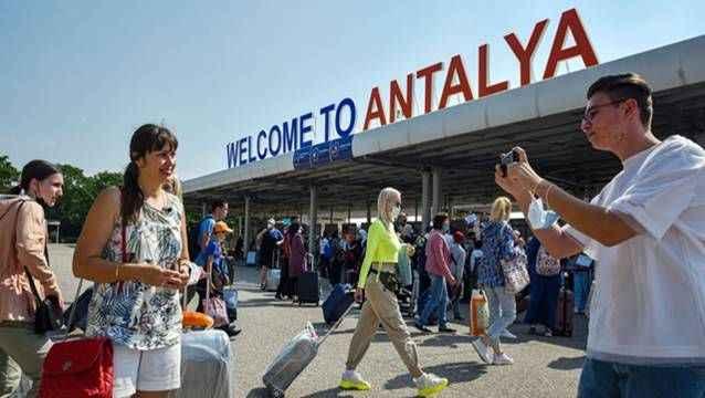En yoğun hafta sonunda Antalya'ya kaç turist geldi?