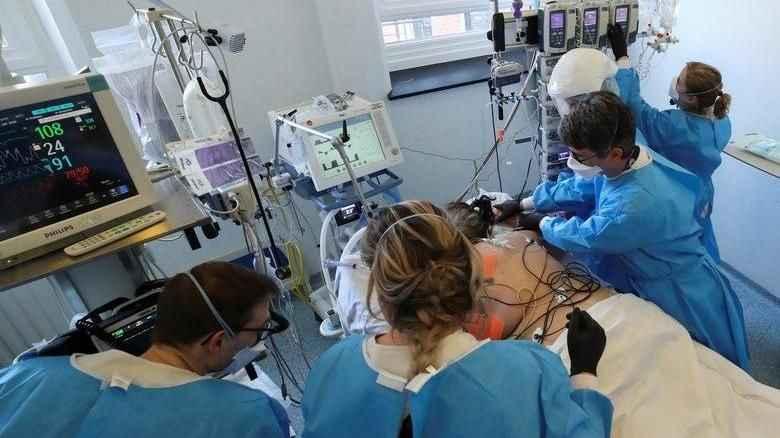Covid-19'da doktorları korkutan gelişme: İki varyant aynı anda bulaşmış