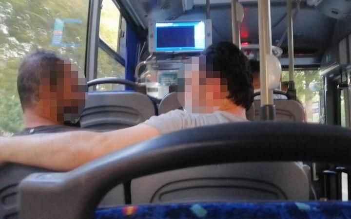 Otobüste şoke eden anlar! İki kız kardeşe önce taciz sonra saldırı