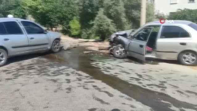 Manavgat'ta korkutan kaza! İki otomobil kafa kafaya çarpıştı: 4 yaralı
