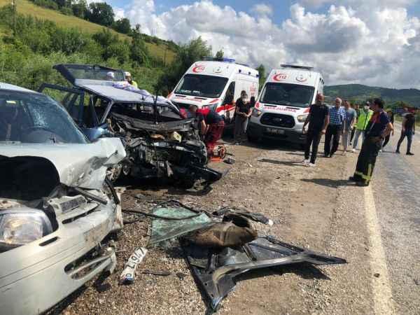 İki otomobil kafa kafaya çarpıştı! Feci kazada bir kişi hayatını kaybetti