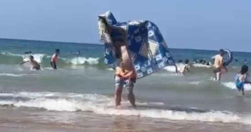 Bunu da gördük! Alanya'da tatilci denize kilim ile girdi