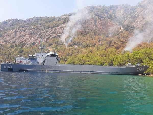 Çıkarma gemileri, kara yolu ile ulaşım olmayan bölgelerde denizden yangınlara müdahale ediyor