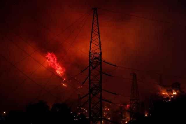 Alevler termik santrale sıçradı, bölgeden siren sesleri geliyor