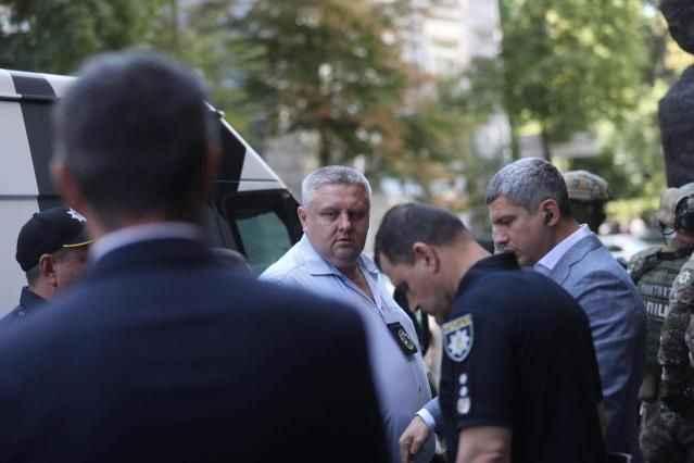 Ülke şokta! El bombasıyla hükümet binasına girdi