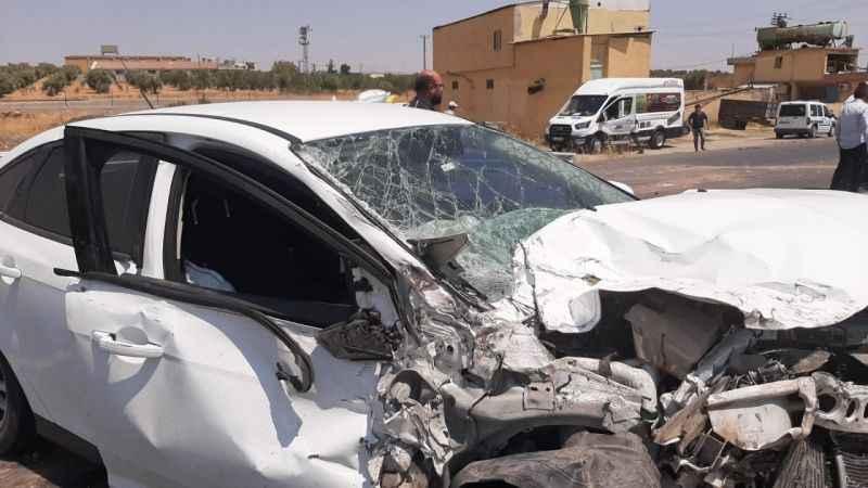 Meyve yüklü kamyonetle otomobil çarpıştı! 3 kişi yaralandı