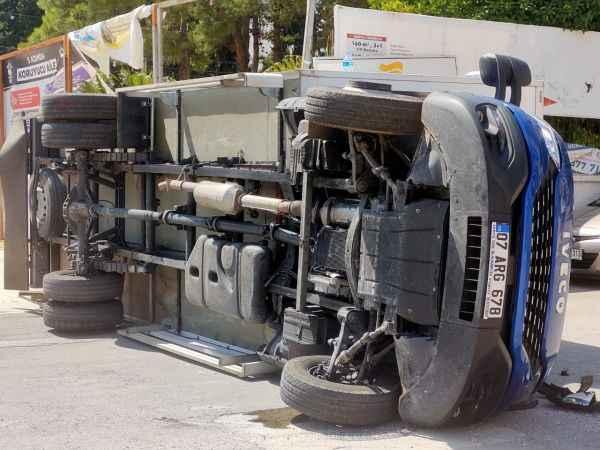 Serik'te korkunç kaza! 2 kamyon çarpıştı: 2 yaralı