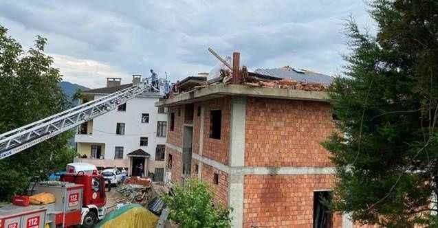 Korkunç iş kazası! Düşen yıldırım çatıyı yıktı
