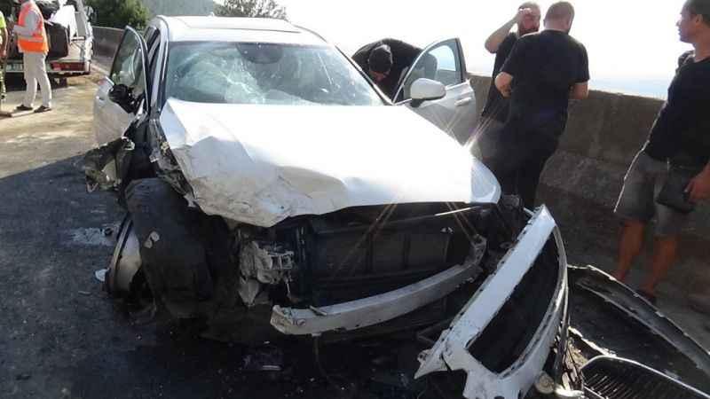 Korkunç kaza! İki araç kafa kafaya çarpıştı