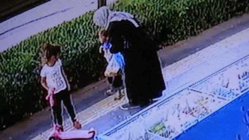 Anne şiddeti kamerada! Önce kafasına bastı, sonra tokatladı