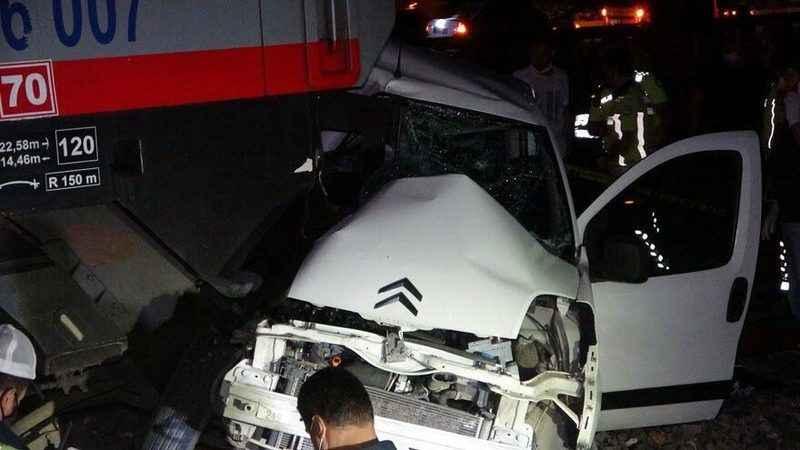 Feci kaza! Tren otomobile çarptı: 2 ölü