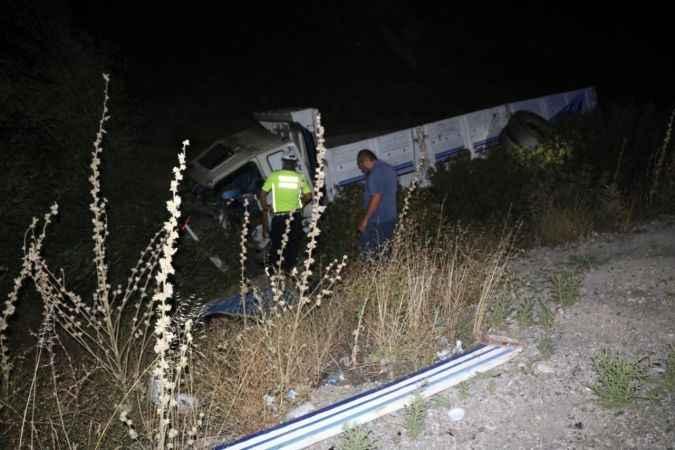 Şarampole devrilen kamyonun sürücüsü feci şekilde can verdi!