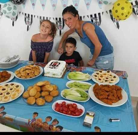 Soner İlhan Kolcuoğlu, annesi ve ablası ile poz verdi.