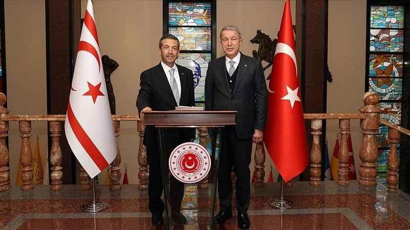 Bakan Akar KKTC Dışişleri Bakanı Ertuğruloğlu ile bir araya geldi
