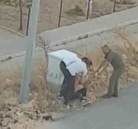 Şoke eden anlar! Sokak ortasında eşini tekme tokat dövdü