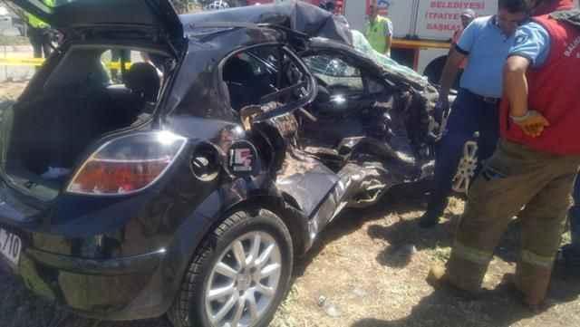 Feci kaza! Kamyonetle çarpışan otomobildeki anne ve kızı hayatını kaybetti, 4 kişi yaralandı