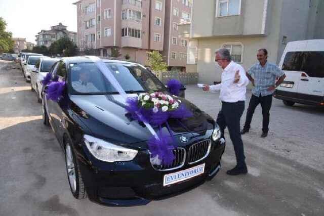 Şaşkına çeviren görüntü! Belediye başkanı düğün konvoyunun önünü kesip bahşiş aldı