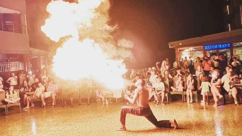 Ateş şov Alanya'da izleyenleri büyüledi