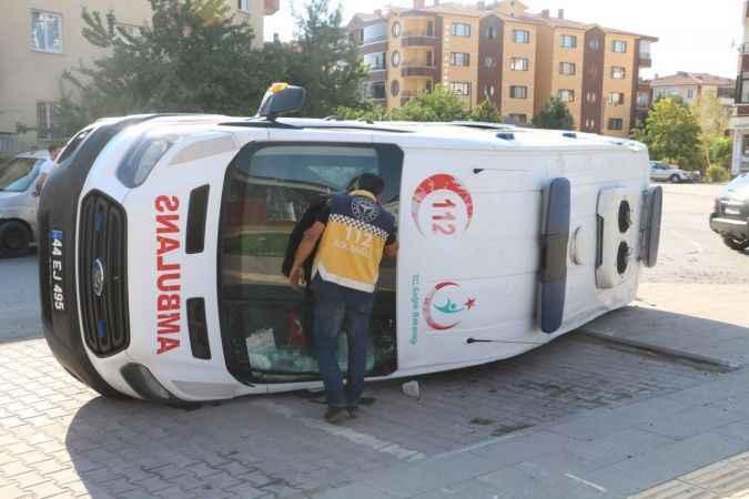 Hasta'ya yetişmeye çalışan ambulans devrildi!