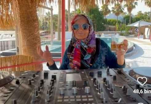 Nazlı Teyze, DJ kabininde poz verdi.