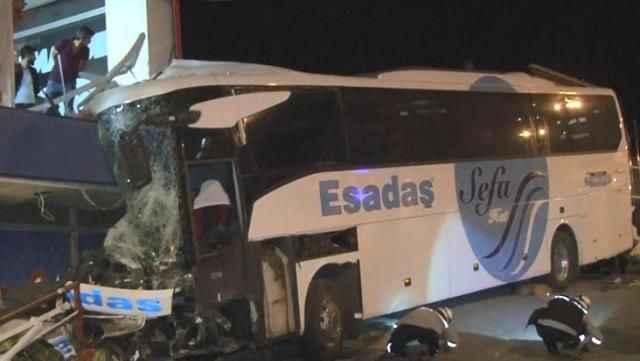 Sürücüsü olmayan otobüs 600 metre boyunca tehlike saçtı! Önüne ne kattıysa götürdü